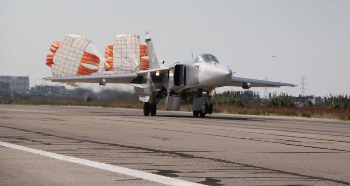 Su-24 přistává v Latákiji