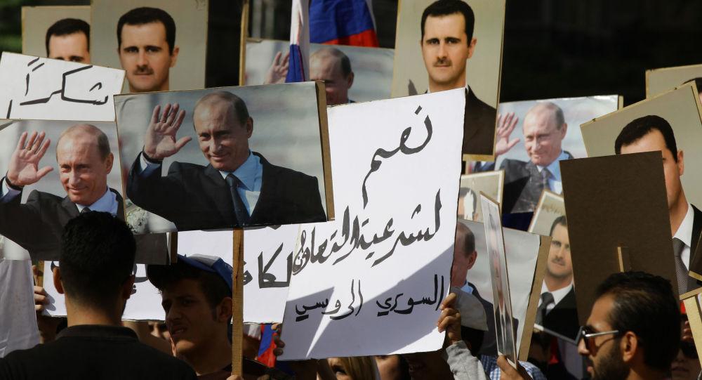 Obrazy Vladimira Putina a Bašára Asada před velvyslanectvím RF v Sýrii