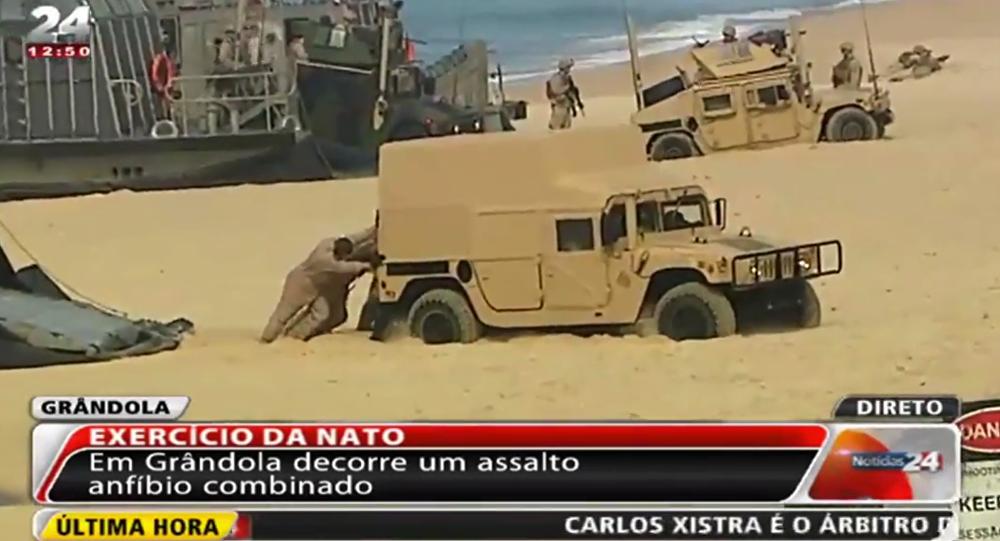 Pláž proti NATO: vojenská technika uvízla v písku