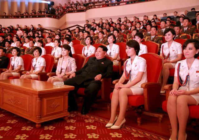Severokorejský lídr Kim Čong-un s manželkou během koncertu na počest 70. výročí založení Korejské strany práce.
