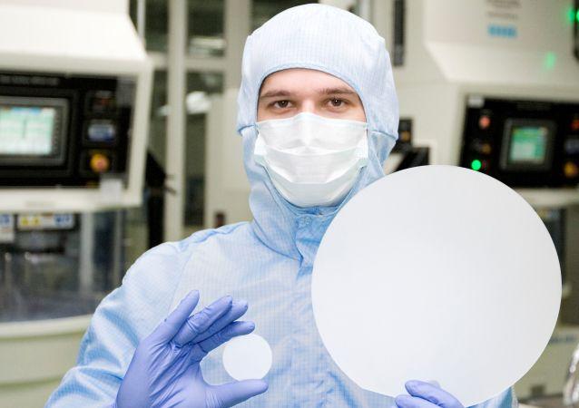 Desetipalcové safírové sklo ve srovnání s dvoupalcovým v rukách pracovníka Monokrystalu