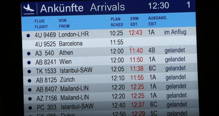 Tabule příletů na letišti v Düsseldorfu