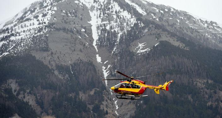 Záchranná helikoptéra blízko místa havárie Airbusu A320
