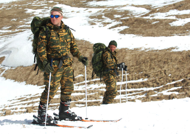 Příslušníci výzvědné roty 33. motostřelecké brigády během lyžařské přípravy v horách Dagestánu