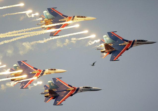 Akrobatická skupina Russkije viťjazi (Ruští reci) ve složení ze čtyř stíhaček Su-27