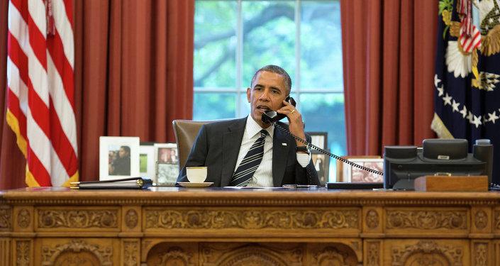 Americký prezident Barack Obama telefonuje Hassanu Rouhanimu