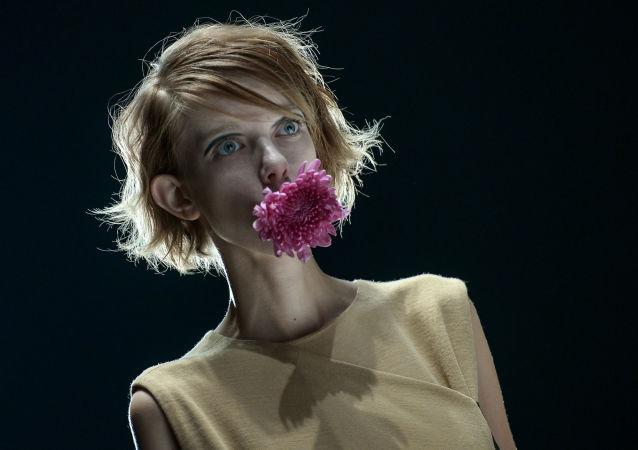 Modelka během přehlídky oblečení z kolekce laboratoře módy Vjačeslava Zajceva v rámci Mercedes-Benz Fashion Week Russia v Moskvě.