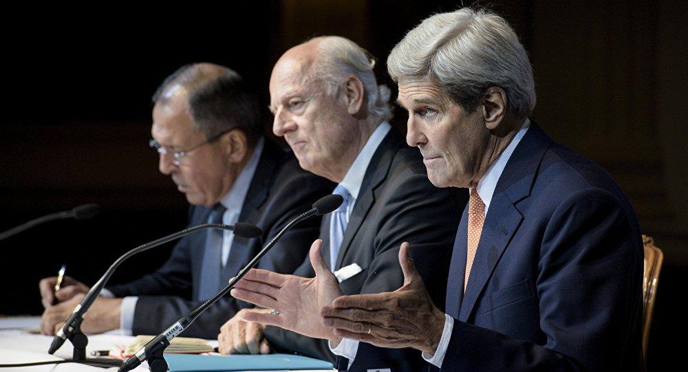 Sergej Lavrov a John Kerry na závěrečné tiskové konferenci v Grand Hotelu ve Vídni