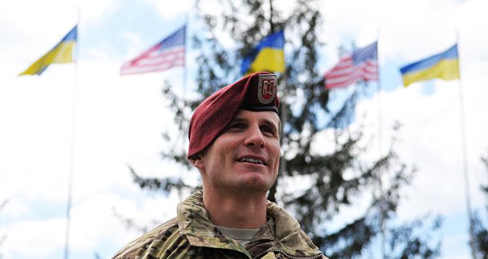 Americký instruktor během cvičení na Ukrajině