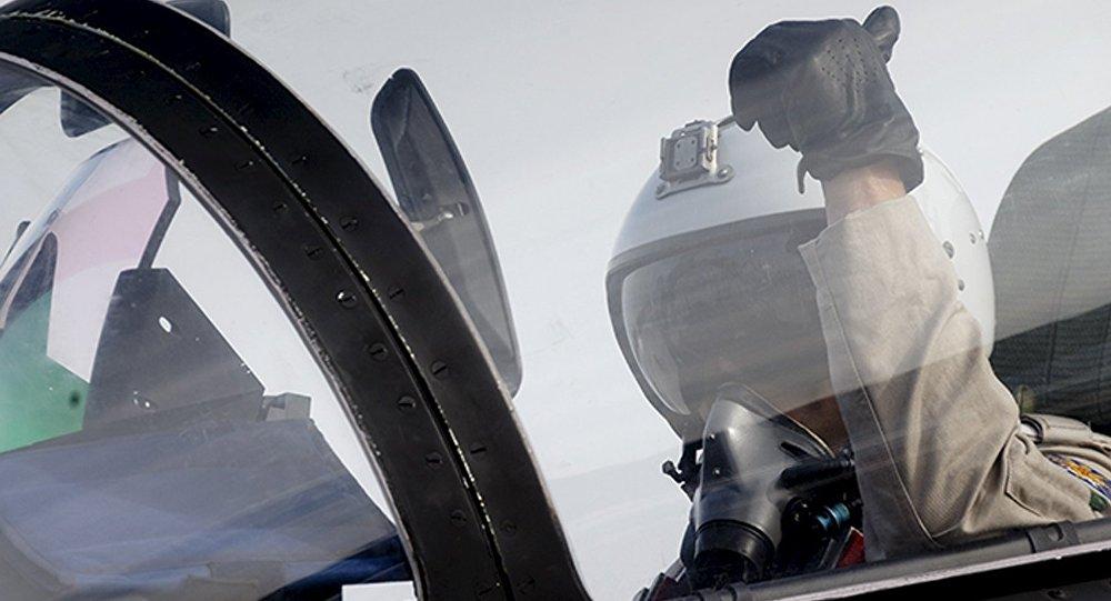 Letec stíhačky Suchoj Su-30 na letecké základně Hmeimim