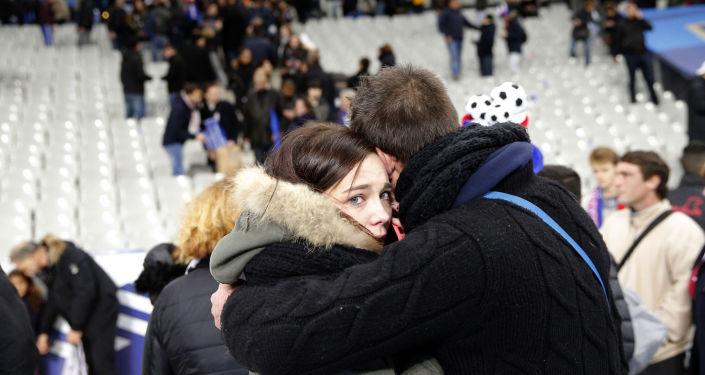 Teroristické činy v Paříži: stovky obětí, chaos v ulicích a výjimečný stav
