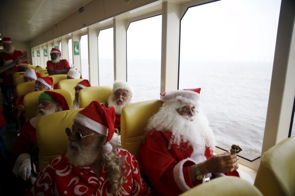 Absolventi brazilské školy Santa Clausů