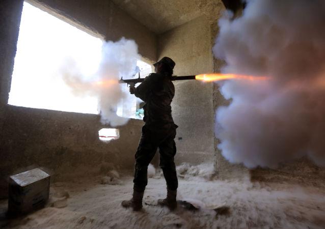 Sniperka ze syrského ženského praporu střílí na povstalce z granátometu