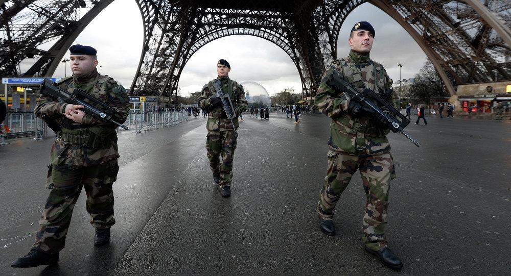 Francouzští vojáci u Eiffelovy věže. Ilustrační foto