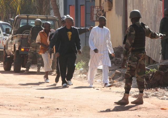 Evakuace lidí v Bamaku