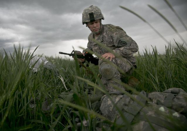 Americký výsadkář během cvičené v Kosovu