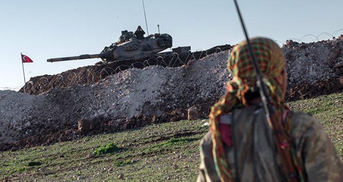 Kurdský voják a turecký tank