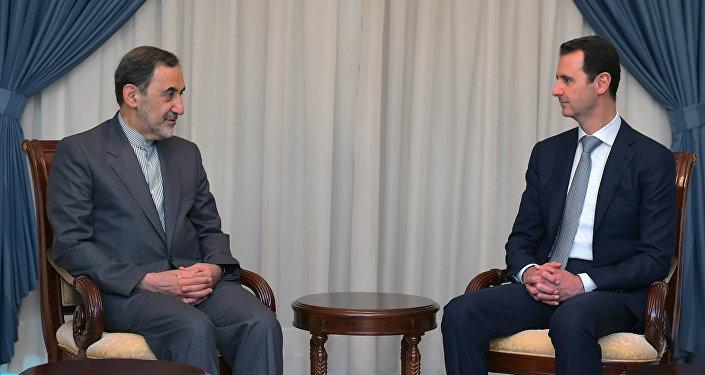 """Syrský prezident Bašár Asad prohlásil v průběhu schůzky s hlavním poradcem nejvyššího duchovního vůdce Íránu Alim Akbarem Velajatím v Damašku, že země """"nepřátelské vůči Sýrii"""" zvýšily dodávky zbraní a finanční podporu bojovníků"""