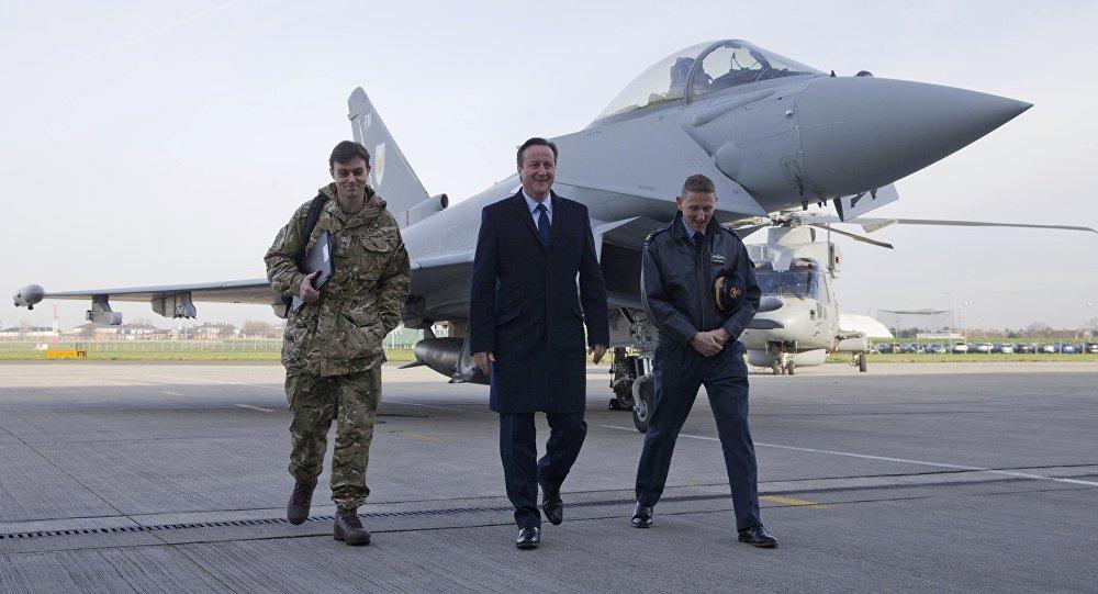 Britský premiér David Cameron na letecké základně