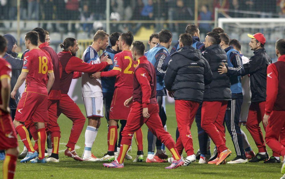 Po obnovení utkání hodili fanoušci po ruském fotbalistovi Dmitrije Kombarovovi zapalovačem. V souvislosti s tím se rozhodl německý rozhodčí Denis Aitekin utkání zastavit.