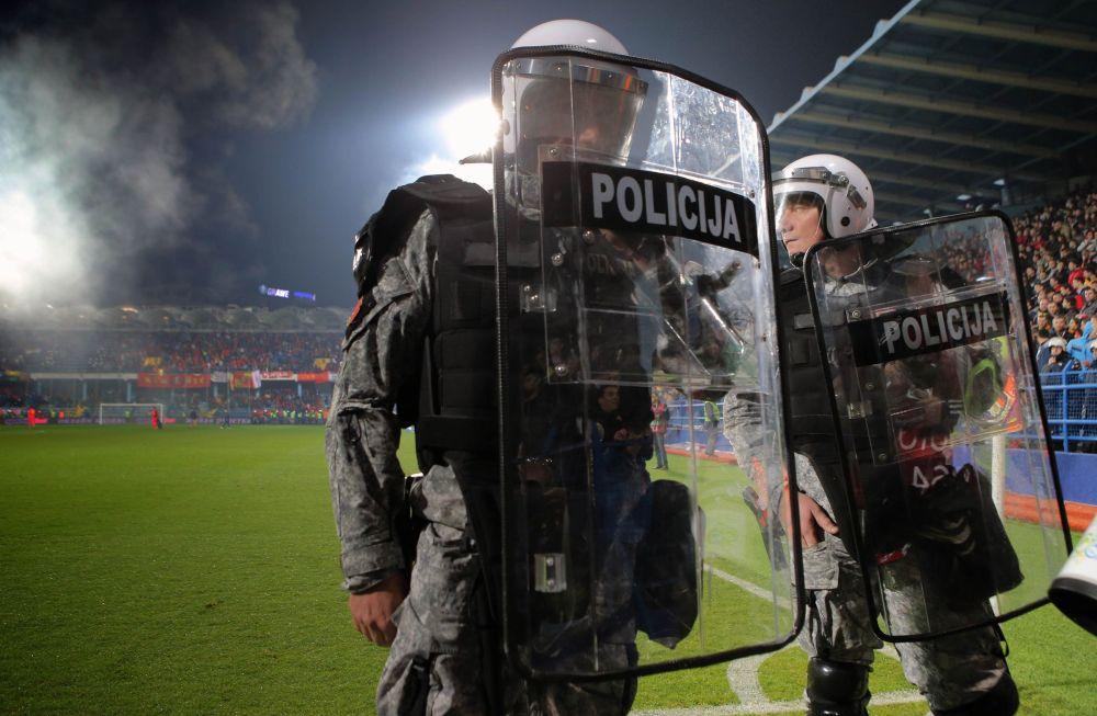 Policie během zápasu v Černé Hoře