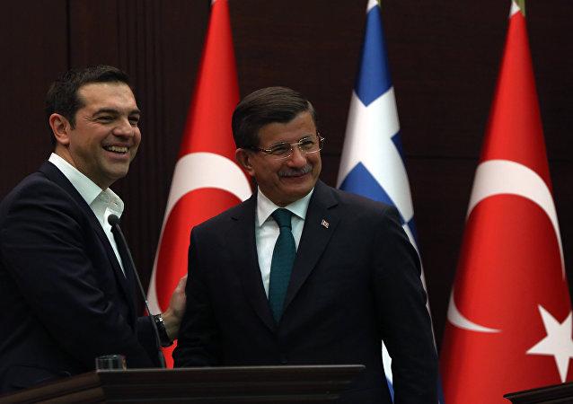 Mluvčí řecké vlády označil za náhodný omyl objevení se v mikroblogu premiéra Alexise Tsiprase v Twitteru zápisů, které vyvolaly hádku s jeho tureckým kolegou Ahmetem Davutogluem, oznámila agentura Reuters.
