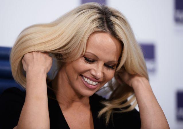 Herečka, modelka a ochránkyně zvířat Pamela Andersonová řekla, že se rozhodla tak úzce spolupracovat s RF v otázce ochrany zvířat, protože když Rusko něco slíbí, tak to splní