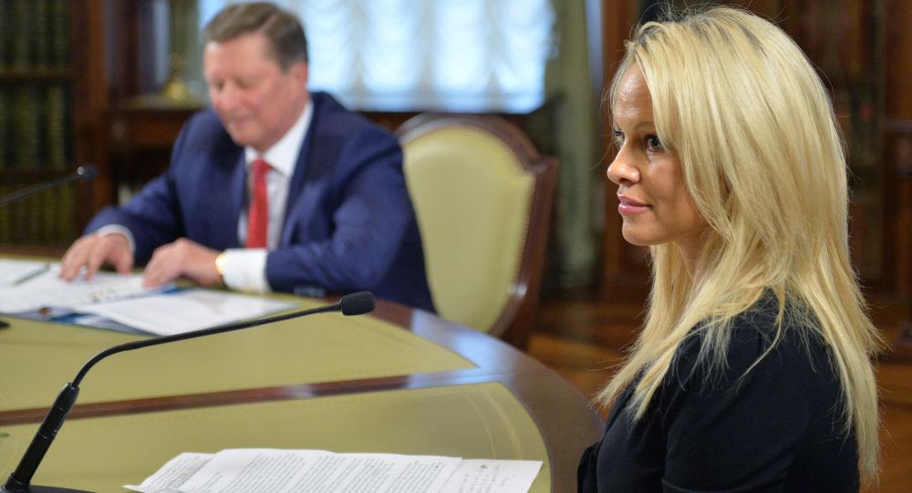 """""""Zdá se mi, že Rusko dokáže dobýt srdce a rozum všech lidí na světě, jestliže se ujme vedení v boji za ochranu životního prostředí a za práva zvířat, prohlásila Andersonová"""