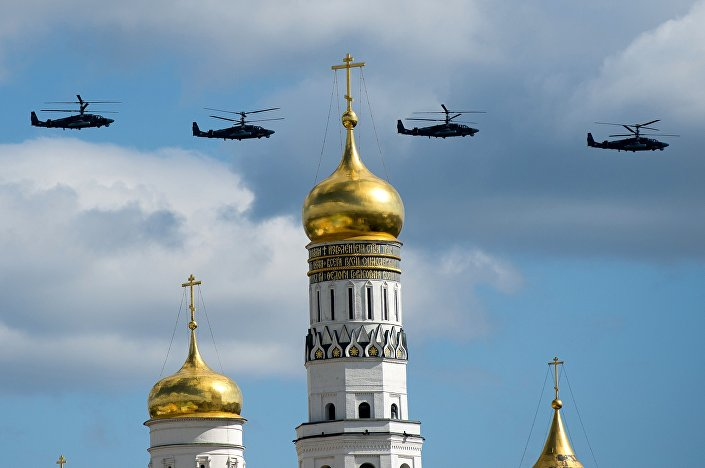 Bitevní vrtulníky Ka-52 Alligator během repetice přehlídky Vítězství v Moskvě