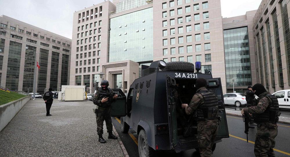 Turecký zásahový oddíl vchází do budovy prokuratury v Istanbulu