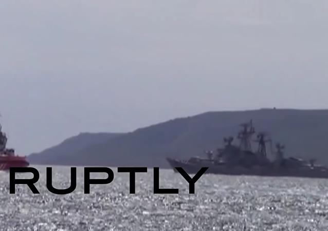 Záběry ruské strážní lodi, která odpálila varovný výstřel vůči turecké lodi