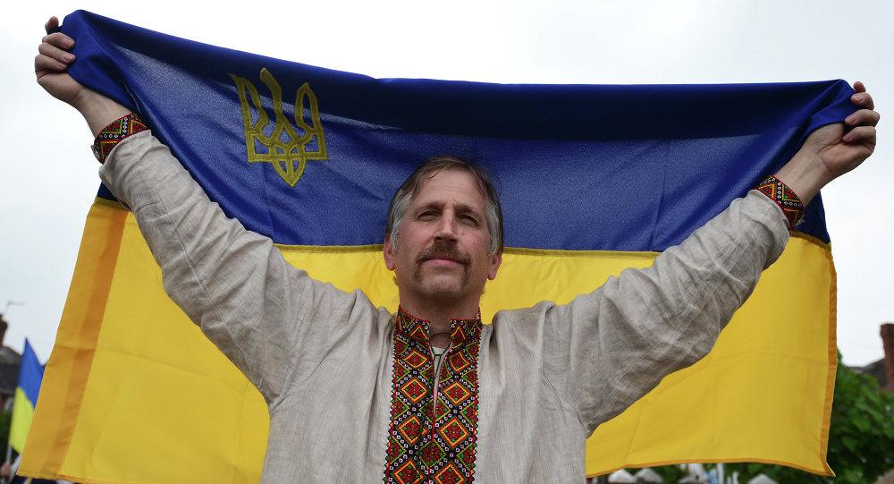 Muž drží ukrajinskou vlajku. Ilustrační foto.