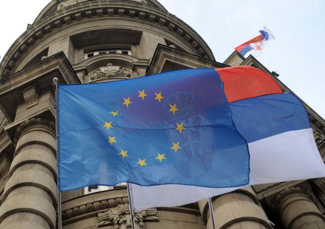 Vlajky EU a Srbska na vladní budově v Bělehradu