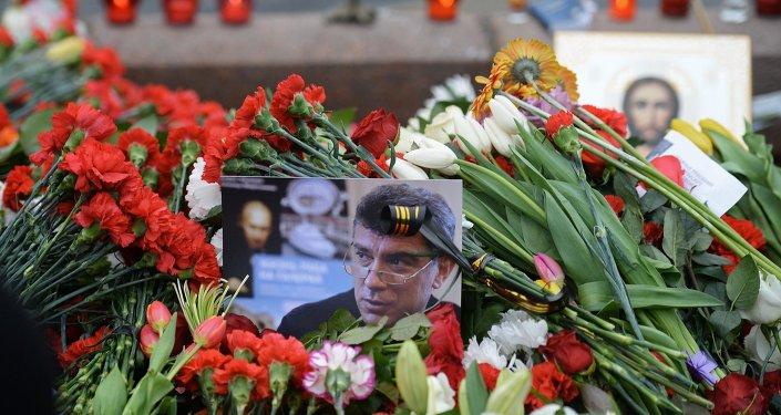 Květiny na místě zavraždění Borise Němcova