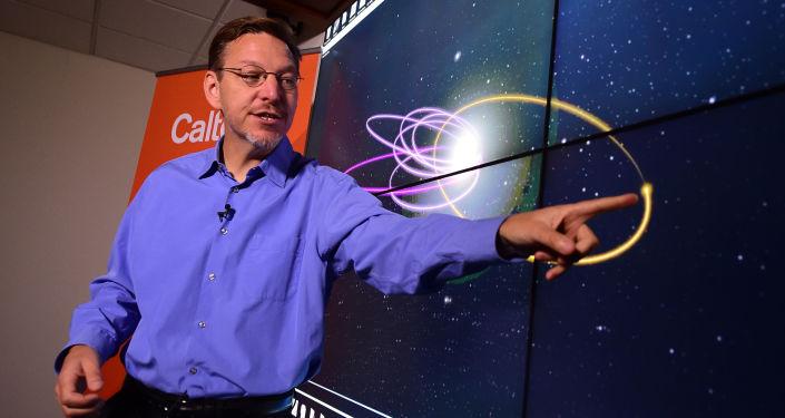 Profesor Michael Brown ukazuje oběžnou dráhu deváté planety
