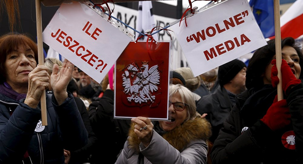 Lidé během protivládních demonstrací ve Varšavě, 9. ledna 2016