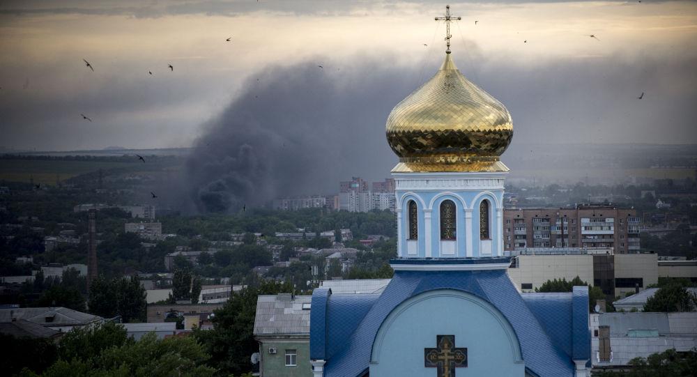 Bombardování osídlených čtvrtí Luhanska. Archivní foto