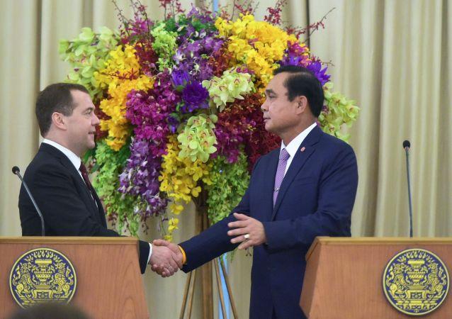 Ruský premiér Dmitrij Medveděv a thajský premiér Prajut Džan Očá