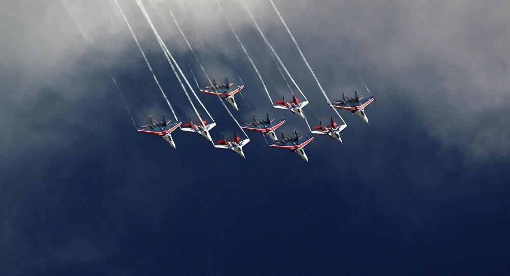 Společné vystoupení leteckých skupin Striži a Russkije viťazi