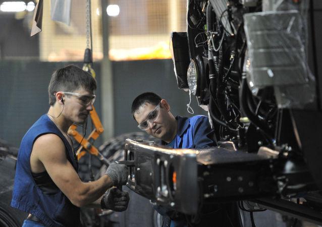 Dělníci v dílně společnosti KamAZ