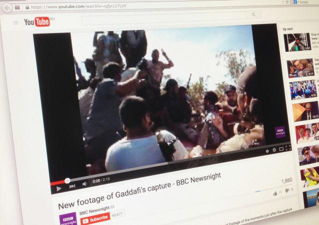 Snímek z videa o posledních minutách života Muammara Kaddáfího