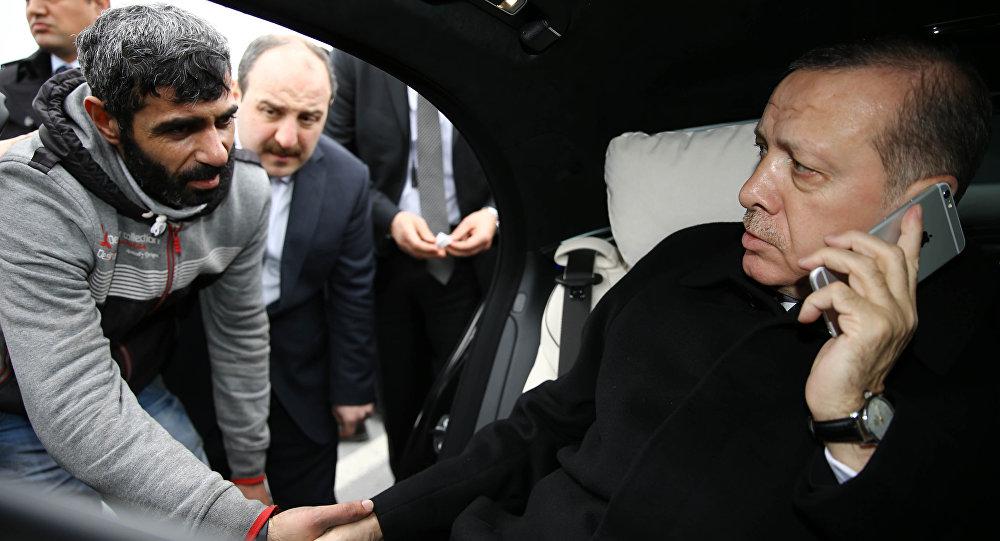 Händeschütteln des geretteten Mannes mit Erdogan