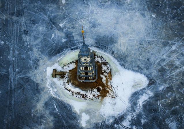 Zaplavená zvonice Nikolského chrámu v Kaljazině