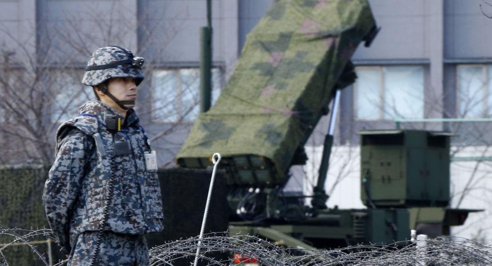 Japonský voják vedle systému protivzdušné obrany Patriot