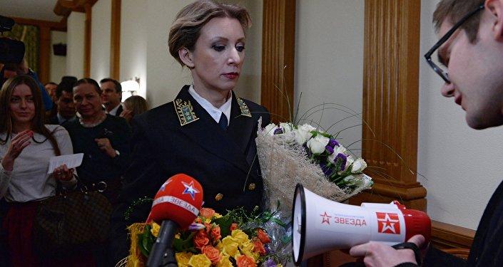 Novináři darovali Marii Zacharovové megafon