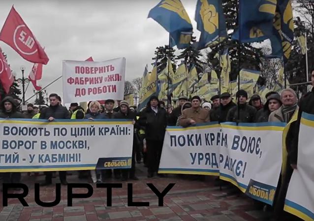 """""""Bubny,"""" Jaceňukova loutka a klece s králíky na mítinku před Radou v Kyjevě"""