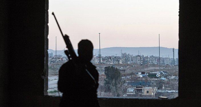Syrský voják se dívá na okres, který kontroluje an-Nusrá