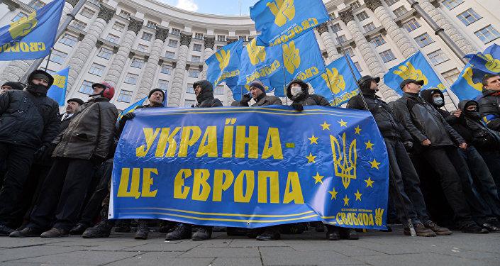 Protestní akce v Kyjevě, lidé drží transparent s nápisem Ukrajina je Evropa