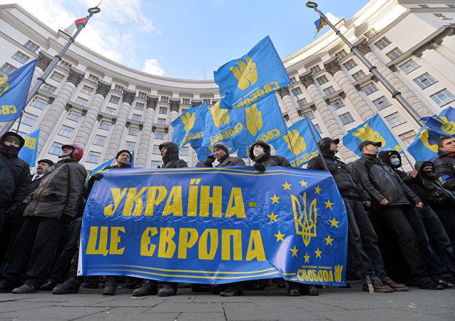 Protestní akce v Kyjevě, lidé drží transparent s nápisem Ukrajina je Evropa. Archivní foto
