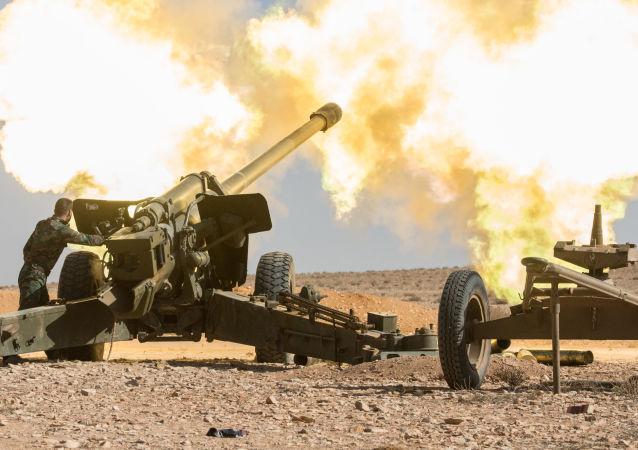 Dělostřelci Syrské arabské armády vedou boj proti oddílům teroristů v okolí města Mheen